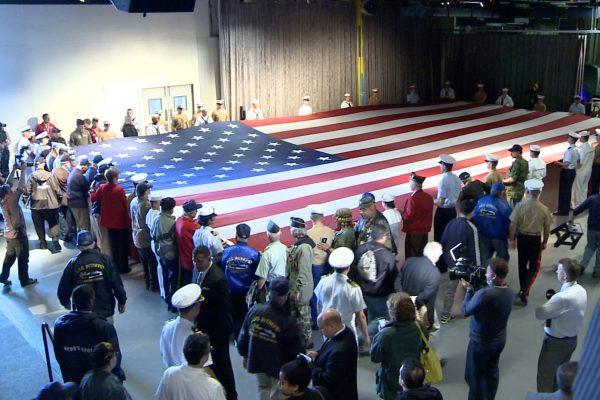 周晓辉:点赞彭斯 川普捍卫美国国旗背后