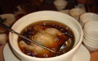 湯鮮肉嫩、滋補養身的老表土雞湯是贛菜系袁州菜的名菜。(攝影:彩霞/大紀元)