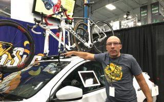 Zoltan Tisza驕傲的表示,別看車架底座是吸盤,使用起來要比一般車架牢固。 (于佩/大紀元)