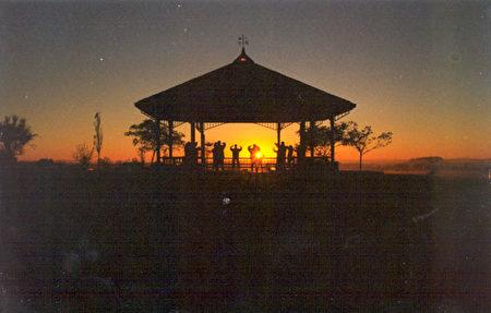 2000年5月法轮功学员在一树山公园集体炼功,这里是新西兰最早期的炼功点之一。(明慧网)