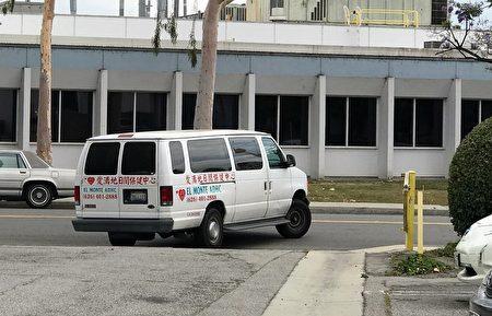 """洛杉矶艾尔蒙地市另一家老人活动中心""""爱满地日间保健中心""""的专车。(刘菲/大纪元)"""