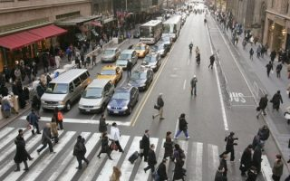 新型信号灯系统安装成功后,四个方向的行人能够在同一时间过马路,并且不用担心被车撞到。 (大纪元资料库)