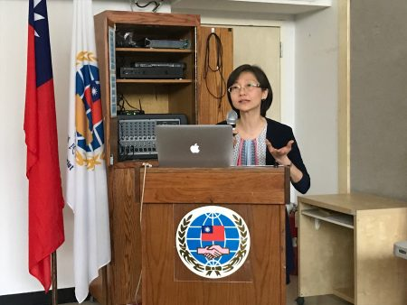 圣若望大学、皇后学院中国文学教授石文珊教授介绍只用英文写作的美国一线作家、华裔李翊云。