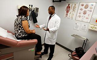 医生与病人更好地进行对话,以减轻病人的焦虑。( Joe Raedle/Getty Images)