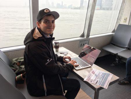 技術協調員Alvaro Caicedo一路上坐在前排,用電腦監測渡船的運行。還有其他幾名協調員和他一起完成調試,「這個過程有一週的時間,我們會越來越好的。」