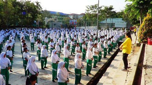 印度尼西亚卡尔蒂尼高中师生学炼法轮功(明慧网)