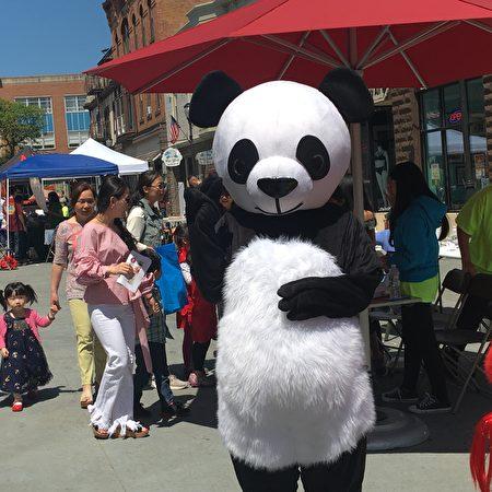 亚裔文化节的吉祥物——熊猫姐姐。(李荔/大纪元)