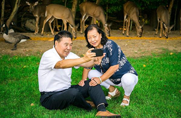 刘海洋夫妇享受渡假时光。(大纪元)