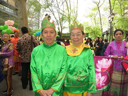 5月12日,来自印度尼西亚泗水市的Than Yiauw Siond 和太太Loa Sioa Tin身穿东爪哇的勿里洞的民族服装,在纽约欢庆世界法轮大法日。(林南/大纪元)