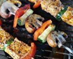 烧烤之前,即使是把肉类简单用香料腌一腌,也能有效减少其中的致癌物。(RitaE/Pixabay)