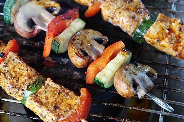 燒烤之前,即使是把肉類簡單用香料醃一醃,也能有效減少其中的致癌物。(RitaE/Pixabay)