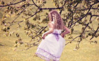 英国小女孩秀粉红色义肢 同学拥抱鼓励