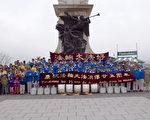 2017年5月6日星期六,加拿大魁省及邻近的安省部分法轮功学员在古城魁北克庆祝法轮大法洪传25周年。(Félix Boulanger)