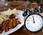 间歇性断食并不是让你忍饥挨饿,您可以适量吃一些健康食品。(tuthelens/shutterstock)