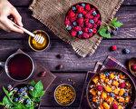 下次吃浆果冰沙、牛油果、喝杏仁拿铁咖啡之前,花上片刻来感恩蜜蜂吧。(Pikoso.kz/Shutterstock)