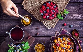下次吃漿果冰沙、牛油果、喝杏仁拿鐵咖啡之前,花上片刻來感恩蜜蜂吧。(Pikoso.kz/Shutterstock)