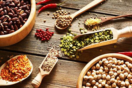 有多种营养又好味的杂粮,如黑豆、糙米等,可为健康膳食锦上添花。(Haveseen/Shutterstock)