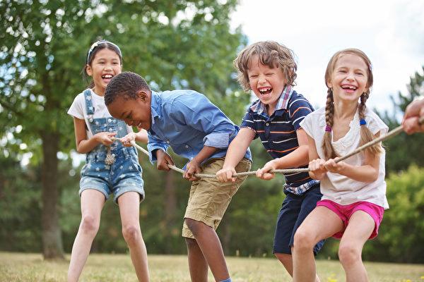 快乐的童年会为快乐的人生奠定基础。从幼年开始学习好的习惯,孩子更有可能贯彻终生。(Robert Kneschke/Shutterstock)