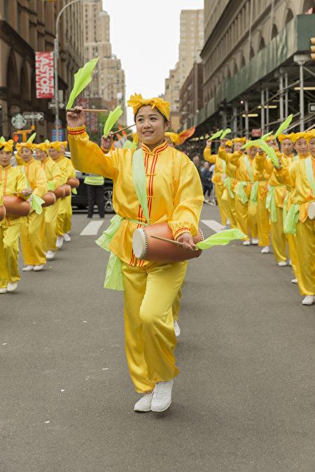 2017年5月20日,法轮大法腰鼓队受邀参加第11届纽约舞蹈节(Annual Dance Parade)。(shutterstock)