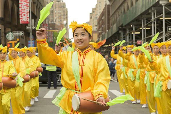 2017年5月20日,法轮大法腰鼓队受邀参加第11届纽约舞蹈节游行(Annual Dance Parade)。(shutterstock)