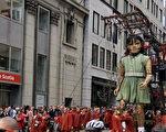 法国国宝级大型木偶剧团Royal De Luxe(皇家豪华剧团)携巨人木偶来到蒙特利尔同庆蒙城375岁生日。(易柯 / 大纪元)