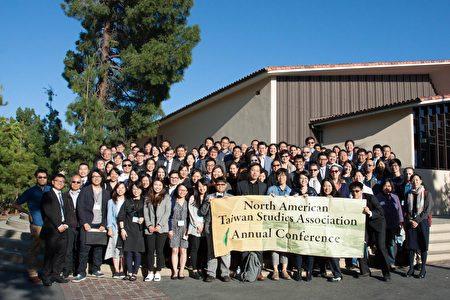 参加第23届北美台湾研究会的与会学者和研究生合影。(北美台湾研究会提供)