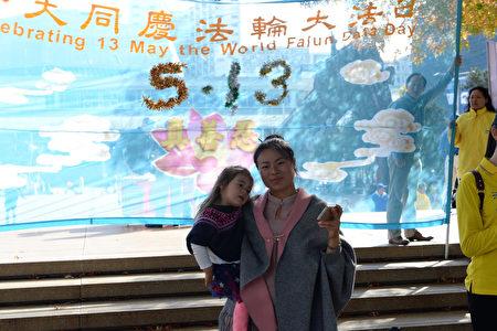 """Judy劉女士和她的小女兒,她感言""""修煉是幸福的。""""(歐陽雲舒/大紀元)"""