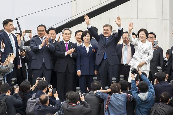 圖為文在寅10日在國會發表就職誓言後,对欢迎他的市民招手示意的場景。(全景林/大紀元)