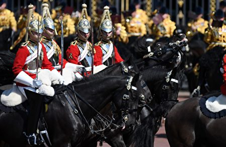 騎士是遊行中不可缺少的部分。現場看到,才能明白到為什麼故事裡總會有個英姿颯爽的騎士出現來拯救大家。 (CHRIS J RATCLIFFE/AFP/Getty Images)