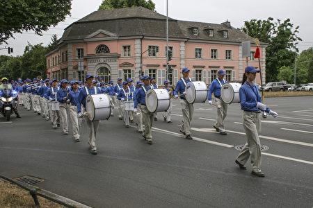 天国乐团在游行中打头阵。(曹工/大纪元)