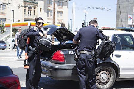 美國加州舊金山市警方表示,當地第17街和圣布魯諾大街(San Bruno Avenue)的UPS快遞公司發生槍擊。圖為趕到現場的警察。(周鳳臨/大紀元﹚