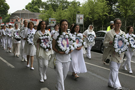 白衣女士方阵悼念在大陆被迫害致死的法轮功修炼者。(曹工/大纪元)