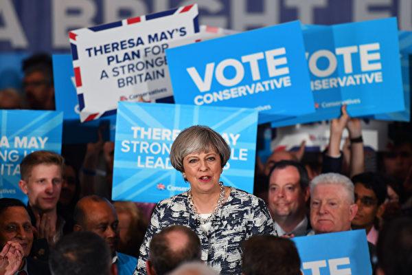 英國國會大選6月8日登場。圖為首相梅7日在伯明翰舉行的大選競選活動中發表講話。(BEN STANSALL/AFP)