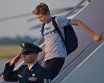 2017年6月11日,拜伦(右)随父母搭乘空军一号抵达华府。拜伦身穿的T恤很快就在网上抢购一空。(MANDEL NGAN/AFP)