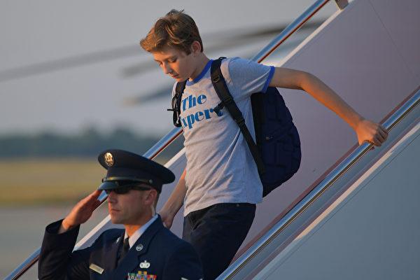 2017年6月11日,拜倫(右)隨父母搭乘空軍一號抵達華府。拜倫身穿的T恤很快就在網上搶購一空。(MANDEL NGAN/AFP)