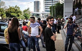 6月12日),一場6.3級強震襲擊土耳其西部海岸城市和希臘萊斯沃斯島(Lesbos)。圖為跑到室外的土耳其人。(AFP PHOTO / Usame ARI)
