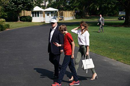 巴倫Barron Trump 拍照(MANDEL NGAN/AFP)