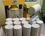些圆柱状的水泥用来检测水泥强度PSI,如果磅数不足就要拆除重做。(朱健冲提供)