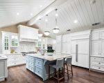 德立昂地产正在上市的一处Atherton高端房产,其纯白厨房需要屋主细心呵护。(德立昂地产提供)