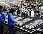 日本現在景氣回升,許多公司都在擴招,少子化造成的勞動力不足就越來越嚴重了,外國人成了救星。(TORU YAMANAKA/AFP/Getty Images)