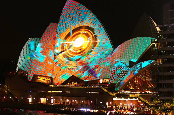 燈光節在地標性建築悉尼歌劇院上投影的圖案色彩繽紛。(安平雅/大紀元)