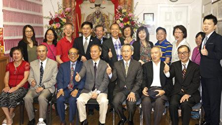 吴新兴委员长(坐排中间)与余风采堂宗亲合影。(廖述祥/大纪元)