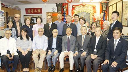 吴新兴委员长(坐排右四)与至孝笃亲公所成员合影。(廖述祥/大纪元)