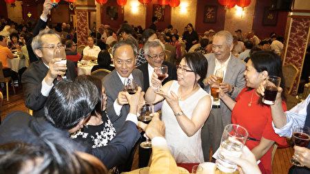 侨委会委员长吴新兴在华埠龙凤酒楼接受纽英崙全侨的欢迎晚宴,与侨胞把酒欢。(廖述祥/大纪元)