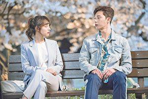 韓國藝人金智媛(左)與朴敘俊搭戲。(新唐人電視台)