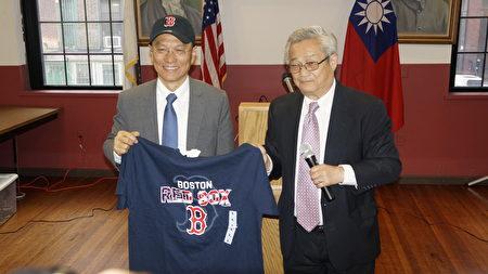 陈家骅(右)赠送吴新兴委员长一套波士顿红袜队(Red Sox)的球衣和帽子。(廖述祥/大纪元)