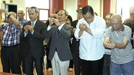 吴新兴委员长(前排中间)在安良工商会上香致敬,(前排右二)为会长陈仕维。(廖述祥/大纪元)