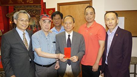 吴新兴委员长(中间)致赠红包给洪门致公堂。(廖述祥/大纪元)