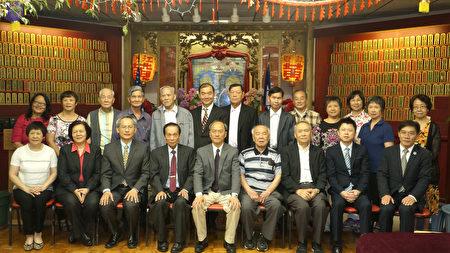 吴新兴委员长(前排中间)与黄氏宗亲会合影。(廖述祥/大纪元)