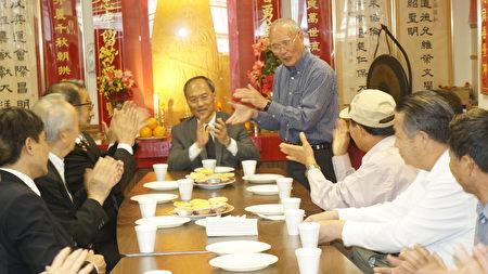 吴新兴委员长(中间)受到伍胥山公所的热烈欢迎。(廖述祥/大纪元)